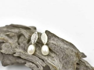 Leaf earring with Freshwater Pearl