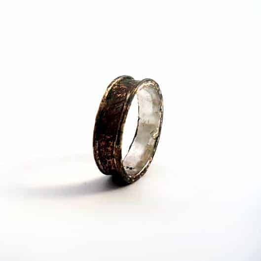 Between 2 rails ring by REM Jewellery